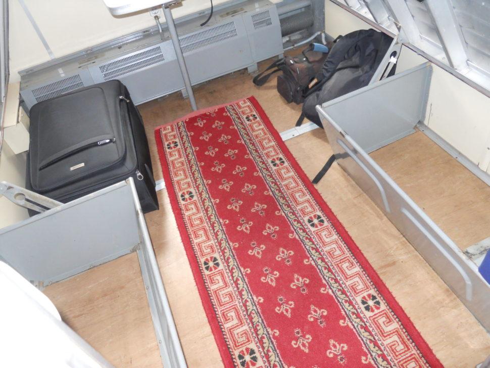 Cestování vlakem poRusku, místo pro uložení zavazadel ve vlaku RŽD
