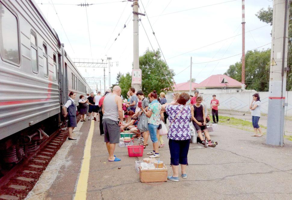 Rusko - měšočniki prodávají své zboží cestujícím dálkového vlaku